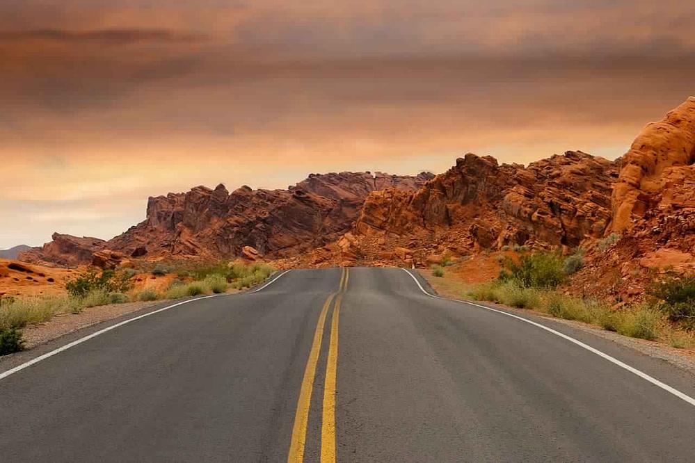 Straße und orangene Felsen