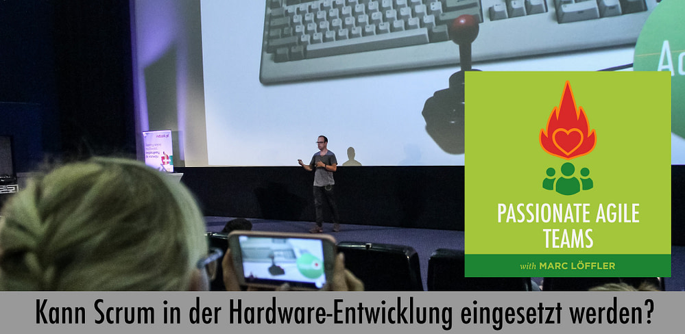 Marc Löffler auf der Bühne und Podcast-Titel: Kann Scrum in der Hardware-Entwicklung eingesetzt werden?